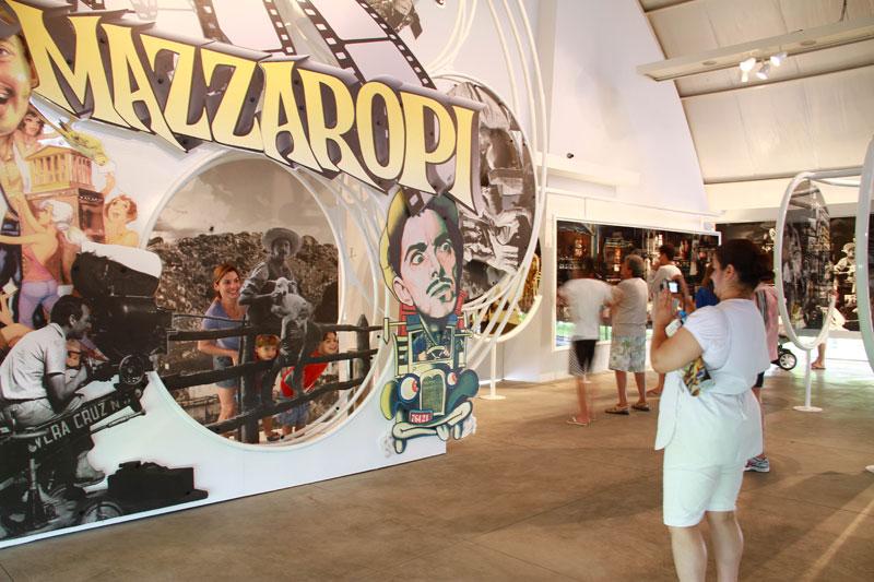 Fãs tiram foto na exposição interativa do Museu Mazzaropi