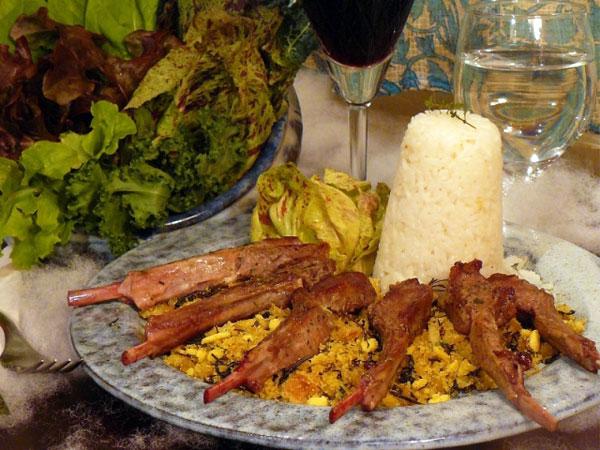 Cordeiro sobre cama de farofa de cebola e ervas finas; especialidade gastronômica de Cunha (Foto: Divulgação)
