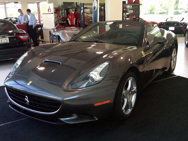 Novíssima Ferrari Califórnia 2010, disponível para locação com a Mobility