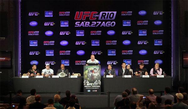 Lutadores respondem às perguntas dos jornalistas brasileiros no Rio de Janeiro (Foto: Márcio Rodrigues/UFC)