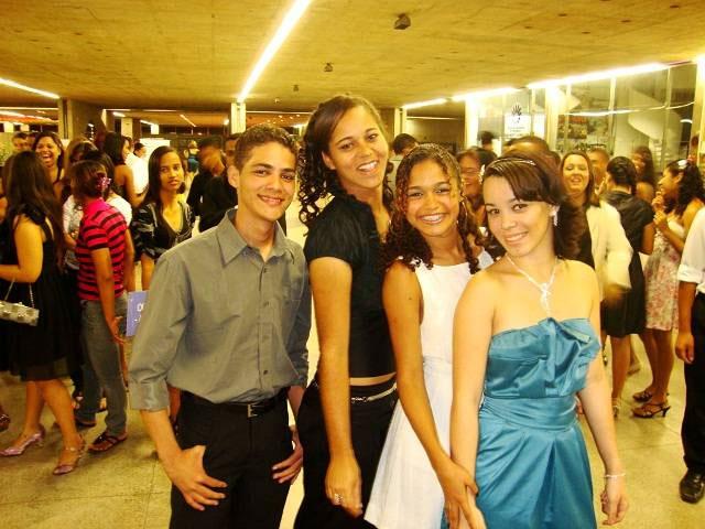Steven, Silvany, Edjane e Diana são formandos do Projeto Inclusão Social com Capacitação Profissional (Foto: Ascom)
