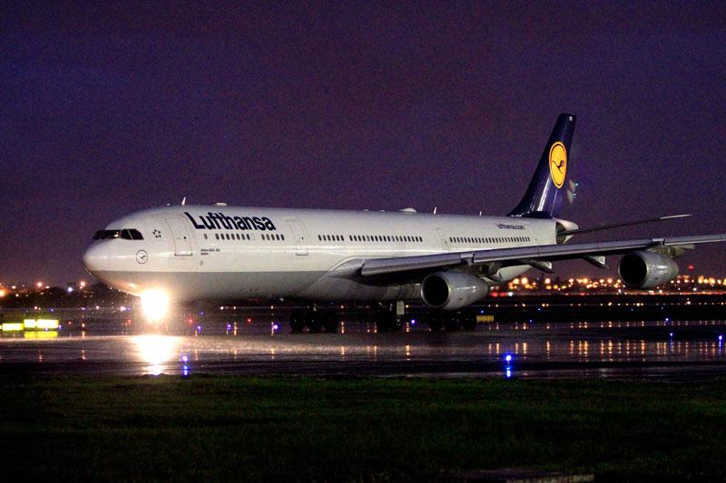 Airbus A340/300 da Lufthansa, de prefixo AIFD, após pousar no Galeão no voo inaugural da rota Rio-Frankfurt (Foto: Divulgação)