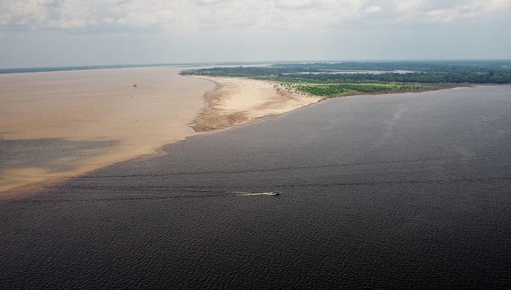 Encontro das águas do Rio Negro e Rio Solimões (Foto: David Rego Jr.)