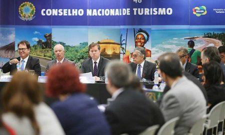 Ministro Marx Beltrão entrega minuta de nova Lei Geral do Turismo para representantes do setor. (Foto: Roberto Castro)
