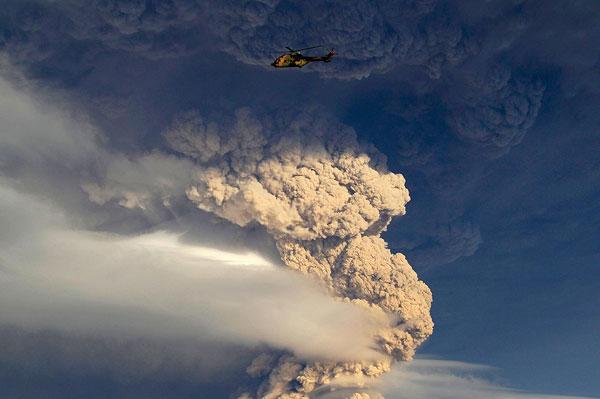 Helicóptero sobrevoa proxímo a nuvem de cinzas do vulcão Puyehue. Chile, 5 de junho de 2011.