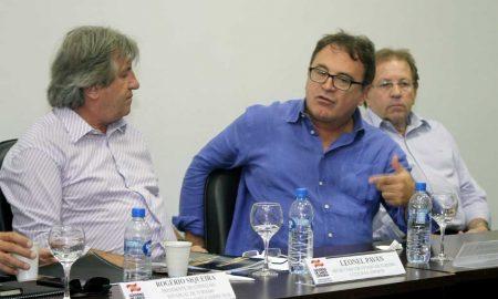 Leonel Pavan, secretário de Turismo de SC; Vinicius Lummertz, presidente da Embratur; e Valdir Walendowski, presidente da Santur (Foto: Embratur/Divulgação)